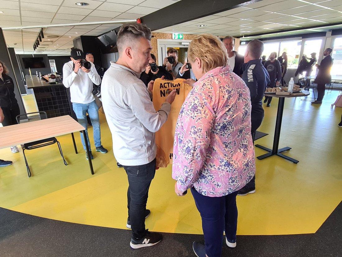 Daglig Leder Frode Thomassen og statsminister Erna Solberg snakker om Action Now. I 2019 var hun selv med på å sette Action Now på agendaen. Glimtvis er bare ett av flere Action Now tiltak i klubben. Foto: Glimt.no